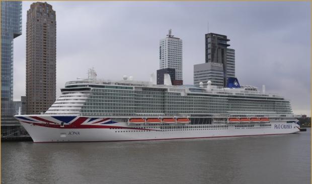 Bizar groot cruiseschip aan Rotterdamse kade