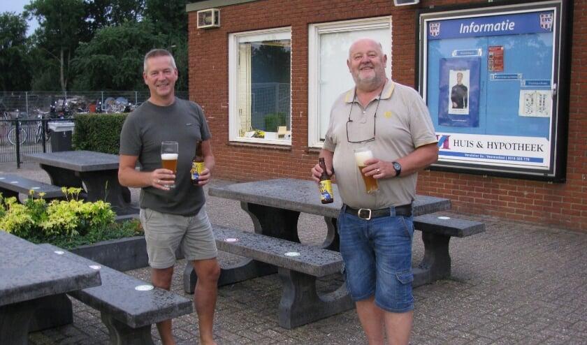 <p>Gert Hendriksen links op de foto en met Gerrit Jan van de Weerthof, bestuurders van voetbalclub VRC. Een club met een duidelijke visie en dankzij de wijk Oost nog altijd groeiende.</p>