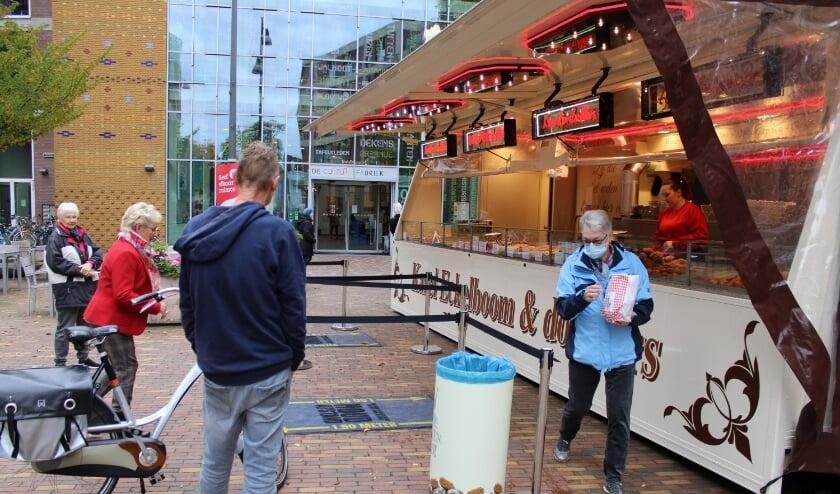 <p>De gebak- en oliebollekraam van Eckelboom& dochters is weer in trek bij de liefhebbers. (Foto: Henk Jansen)</p>