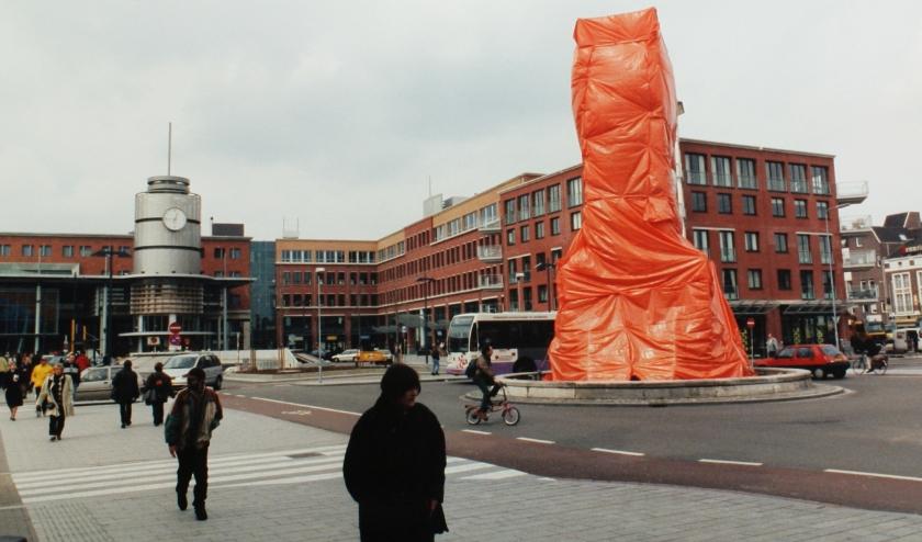 Wat o wat zou er toch onder dit oranje bouwzeil verscholen gaan?