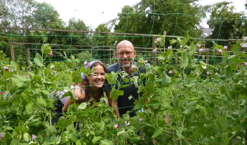 """Steven Koster: """"De diversiteit in de tuin is enorm."""" Dochter Eline (links) runt de theeschenkerij. (foto: Hilde Wijnen)"""
