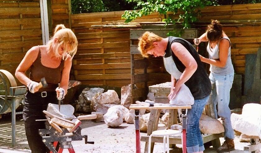 <p>De Stichting Beeldende Kunst en Ambacht en beeldhouwer/zilversmid Luc Ingels beginnen woensdag 23 september met de jaarlijkse beeldhouwcursussen aan de Drogendijk 19 in Walsoorden.</p>