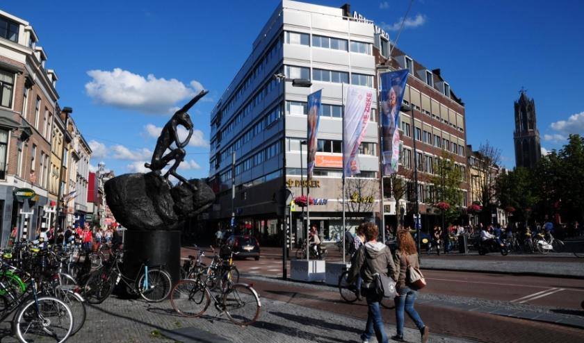 Sinds 2002 staat op de Neude in Utrecht een omstreden beeld; Thinker on a rock. Foto: Het Utrechts Archief/Victor M. Lansink