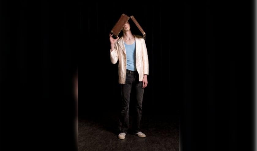 Laurens de Groot als Man met koffer. Foto: Heidi de Gier
