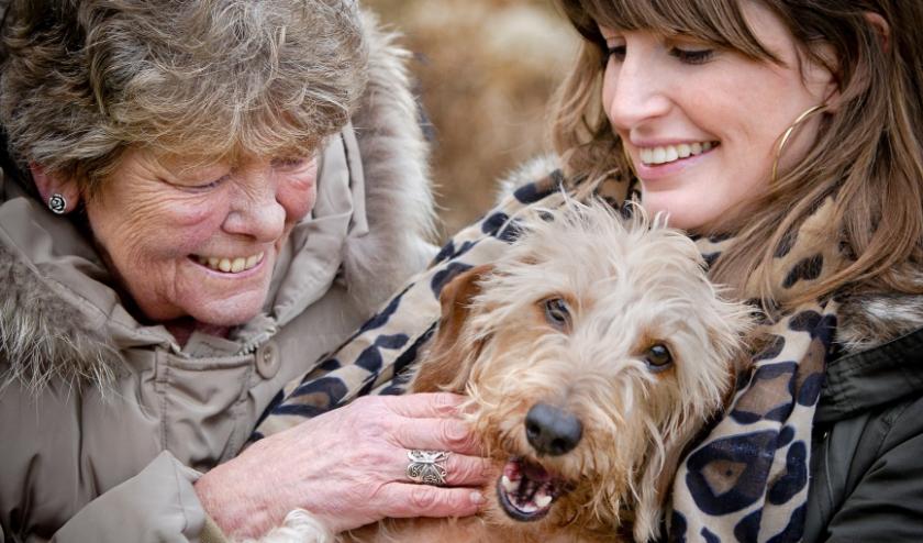 Abcoude, 16-02-2012. Sonja Huisman (l) is de oppas van het hondje (Buffel) van Sofia Brouwer (r) (eigenaar Sofia is een hondenoppascentrale begonnen voor ouderen - voor de sociale contacten en tegen de eenzaamheid). United Photos / Freek van den Bergh.
