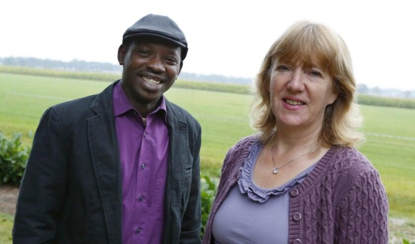 <p>Petra van den Heuvel en FFYP-medewerker Alhagie Saho. (foto: archief Jurgen van Hoof)</p>