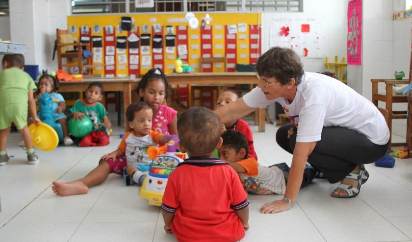 Maria Poulisse werkt sinds 1985 in Barranquilla, Colombia. Zij runt daar een dagopvang, Ce Camilo, voor gehandicapte kinderen die er therapie en scholing krijgen.