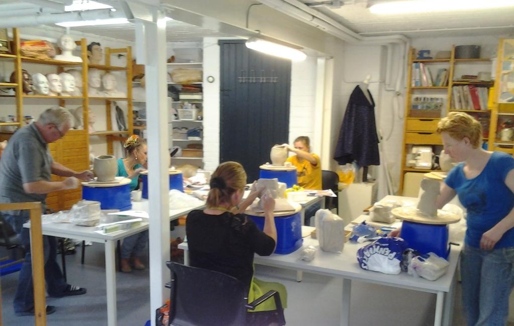 Cursisten aan het werk in het atelier. Jenny hoopt hier vanaf september weer met vier cursisten per keer aan de slag te gaan. Foto: Jenny Verbeek © DPG Media