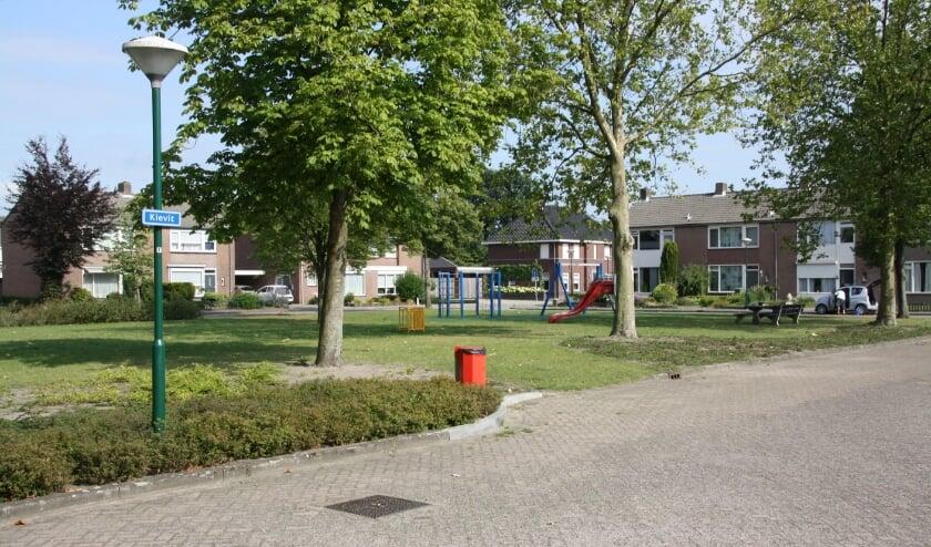 <p>De Kievit, een pleintje om te wonen, recre&euml;ren en spelen. Foto: Dorpsraad Luyksgestel</p>