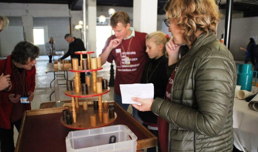 Tja, hoe moet dat nou? Nunspeet Verbindt is een spel van nadenken en samenwerken (Foto Dick Baas)