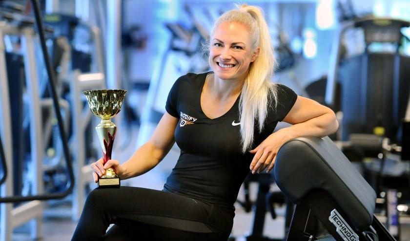 """Bernice Sangers veroverde vorige week de tweede plek bij een bodybuildingwedstrijd: """"Ik snak naar chocola of een lekkere pizza... Máár nog heel even geduld. Nog één keer goed knallen."""" (foto: Roel Kleinpenning)"""