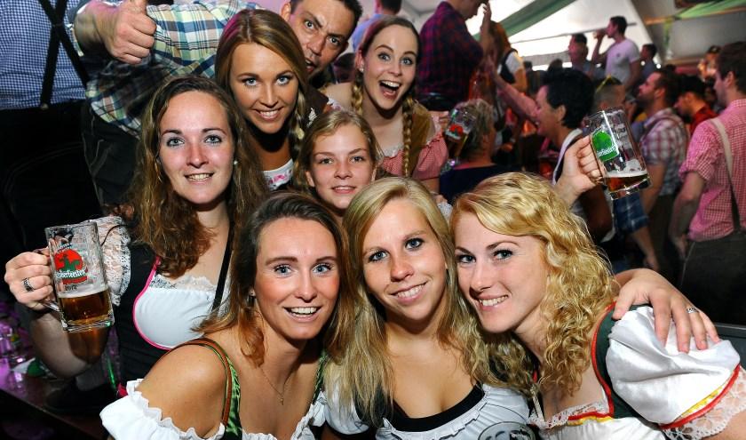 Vriendinnengroep viert Oktoberfeest in de Radstake. (foto: Roel Kleinpenning)