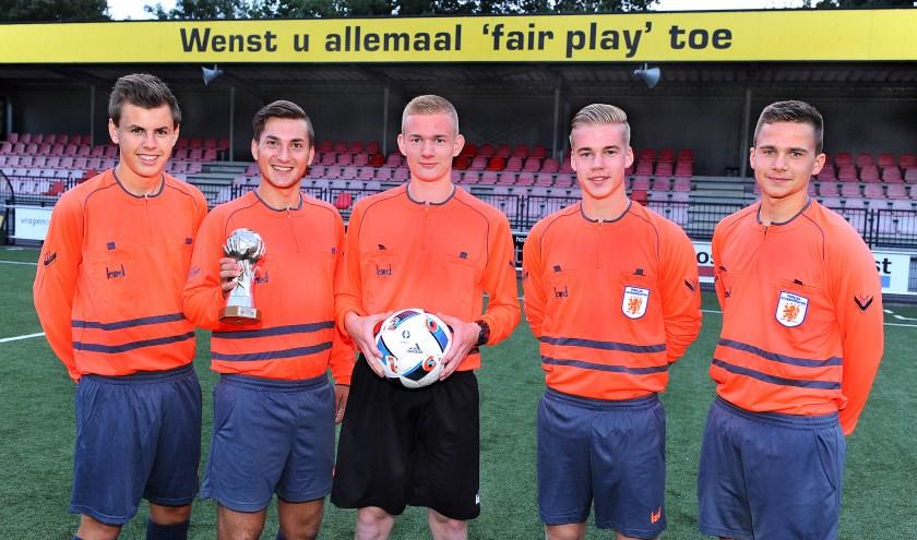 De winnaars van de Kogelvanger-award: vlnr Chiel Terhorst, Stijn Heuthorst, Koen Molenaar, Willem Hakfoort en Lars Molenaar. Nino Visser ontbreekt. (foto: Roel Kleinpenning)