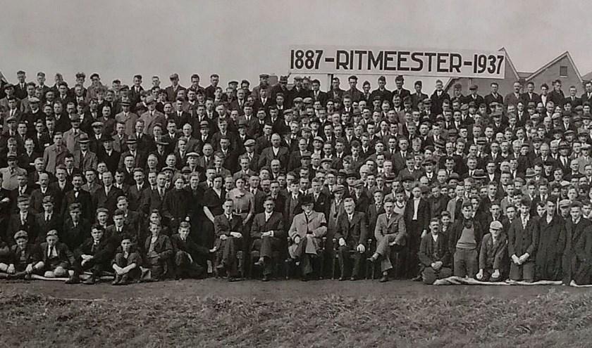 Bij 50-jarig bestaan werd een panoramafoto van het personeel gemaakt. Dit is een uitsnede. (Foto collectie Anne Slok)