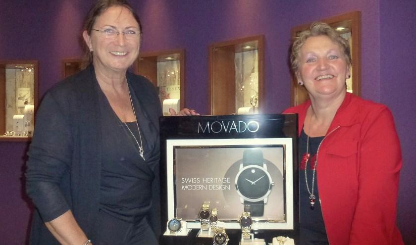 Janet van Zilfhout (links) en Corrie Boshoven tonen met trots de Movado horloges in hun collectie. Foto: Pauline Schakenbos