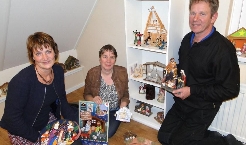 Van links naar rechts: Elly de Wit, Miranda Hoogenboom en Kees van Vliet te midden van de kerststalletjes. (Foto: Margreet Nagtegaal)