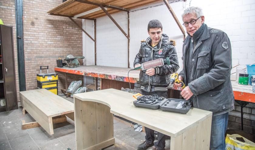 Henk de Jonge en Yasin Yilmaz in de ruimte van Klus in de Wijk aan de Frobergstraat. Hun laatste klussen zijn een houten ombouw voor de centrale verwarming en een tafel voor een nagelverzorgster.  (Foto Frans Paalman)