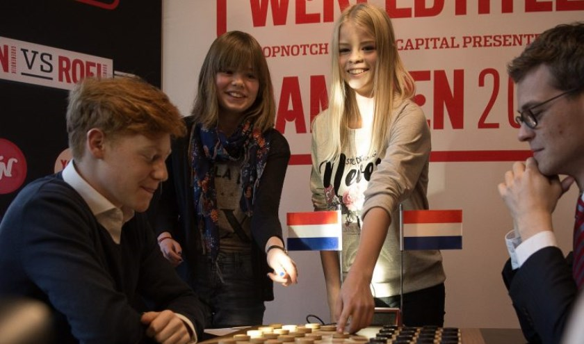 De Groningse damsterren Suzanne Staal en Elisabeth Kramer mochten de openingszet voor Jan Groenendijk tegen Roel Boomstra doen. Foto: Geb Kos