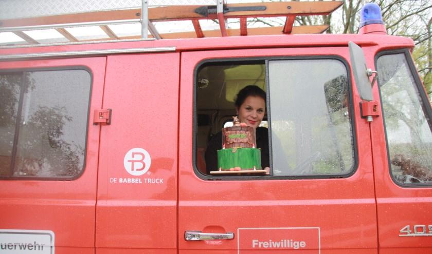 Miranda Buijing gaat haar heerlijke herfsttaart met de Babbeltruck bezorgen. Foto: Kees Stap
