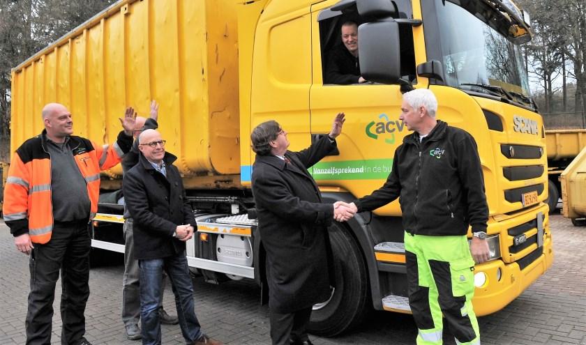 De chauffeurs van ACV werden uitgezwaaid door Renkums burgemeester Hein Bloemen. Foto: gertbudding.nl