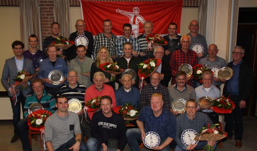 Voetbalvereniging eerde 39 leden voor hun trouwe lidmaatschap. (Foto:  Rianne Beumer/v.v. Oene)