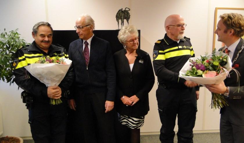 De twee politieagenten zijn door burgemeester Verhoeve en Jacques en Marja van Zanen in het zonnetje gezet. (Tekst en foto: Margreet Nagtegaal)