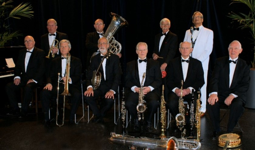 """De bezetting van Euphonia Novelty Orchestra is gebaseerd op die van de orkesten uit het eerste kwart van de vorige eeuw, die zogenaamde """"novelty songs"""" speelden, jazzsongs, evergreens en andere meezingers uit de Amerikaanse jazzhausse periode."""