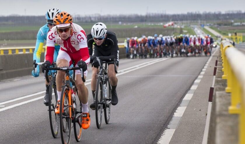 <p>Wielrenners onderweg van Noord-Beveland naar Schouwen tijdens een eerdere editie van de ZLM-tour.</p>