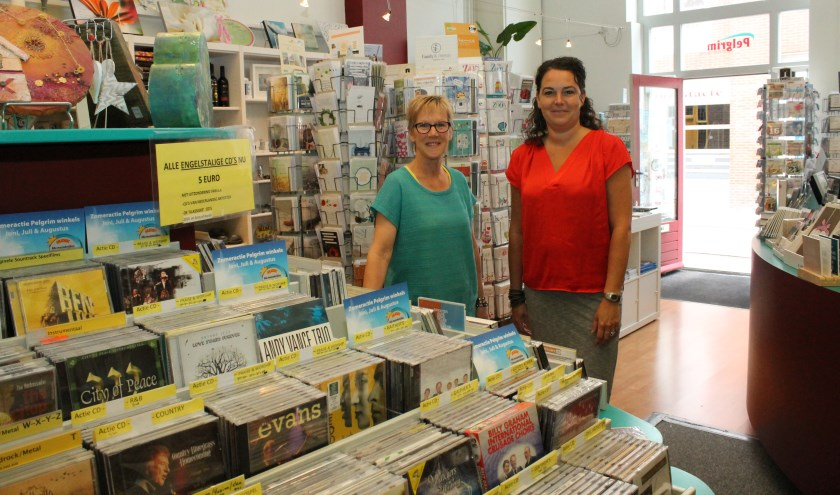 Joke Hospes en een van de vrijwilligers Bonnie Nieuwerkerk in Pelgrim Boeken en Muziek. FOTO: Leon Janssens