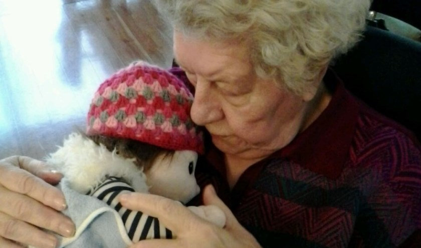 Ria's moeder met haar popje. (foto: Ria Tuenter)