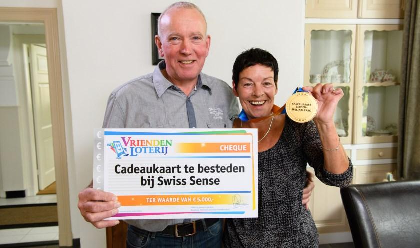 Ans uit Heelweg wint een cadeaukaart te besteden bij een beddenspeciaalzaak t.w.v. 5.000 euro bij de VriendenLoterij. foto: Roy Beusker