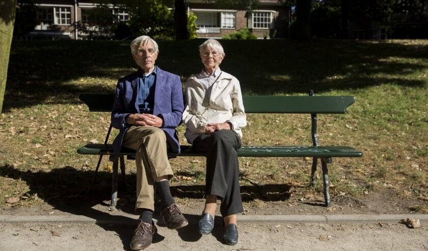 <p>Het echtpaar Paul en Truus van Bunnik op een bankje aan de singel, genietend van de zon. Foto: Iris Tasseron, tekst: Bert Nijenhuis</p>