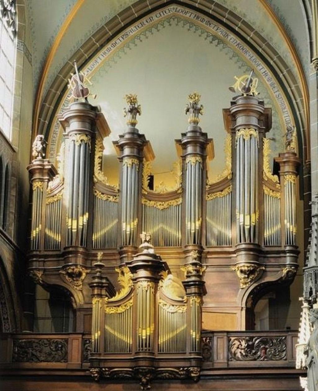 Centraal staat het orgel van Guillaume Robustelly, gebouwd in 1772 voor de abdij van Averbode en vanaf 1822 in de Helmondse St. Lambertuskerk.