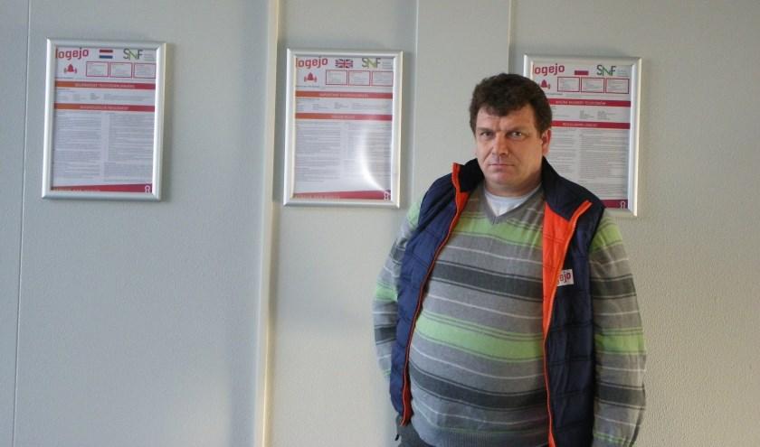 Beheerder Gregorz Sparzak bij de huisregels in het Polenhotel. Foto: Morvenna Goudkade