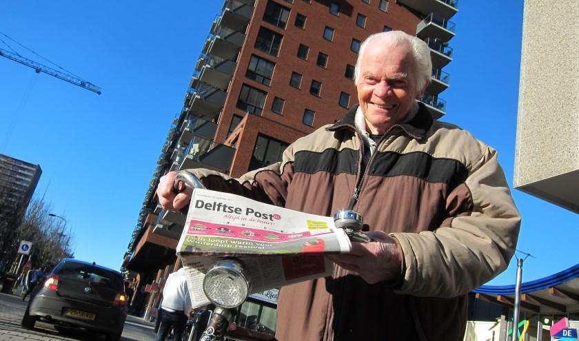 Arie Schuller is misschien wel de trotste krantenbezorger van Delft. Foto: Karl Flieger
