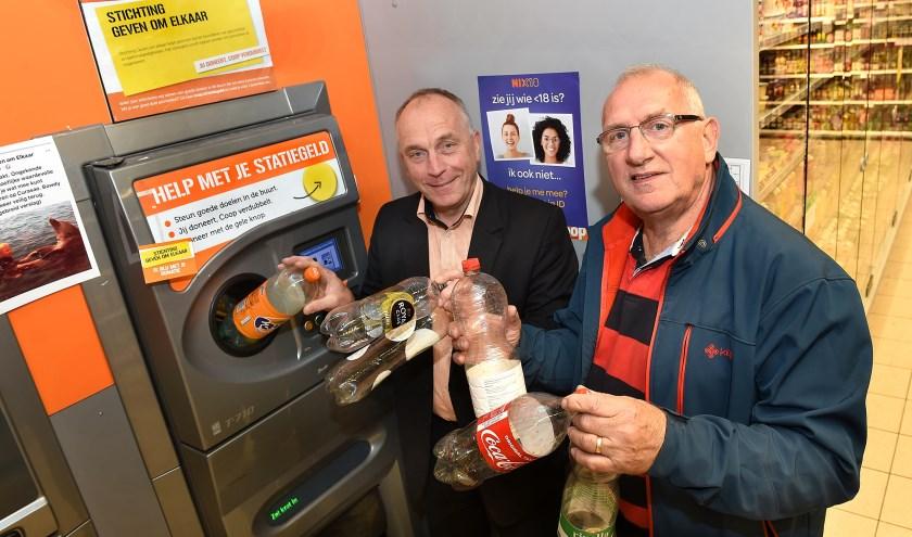 Han Heusinkveld (links) en Henry Ketelaar van de Stichting Geven om Elkaar. (foto: Roel Kleinpenning)