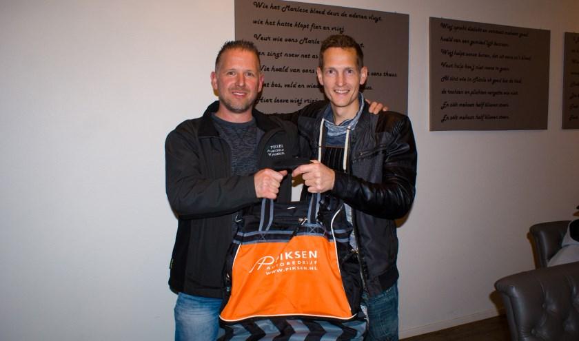 Henri Dood (links) overhandigt de nieuwe clubkleding aan Rick Heisterkamp.