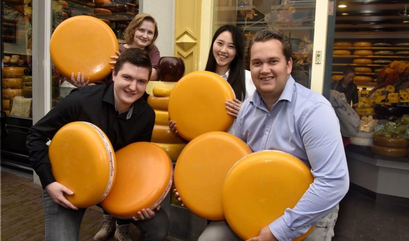 De studenten Vera Ooms, Yun Gao, Sander van der Ree en Rob de Waal zijn druk bezig met hun onderzoek. Zij bezoeken alle bedrijven die maar iets met kaas te maken hebben. Foto: Marianka Peters