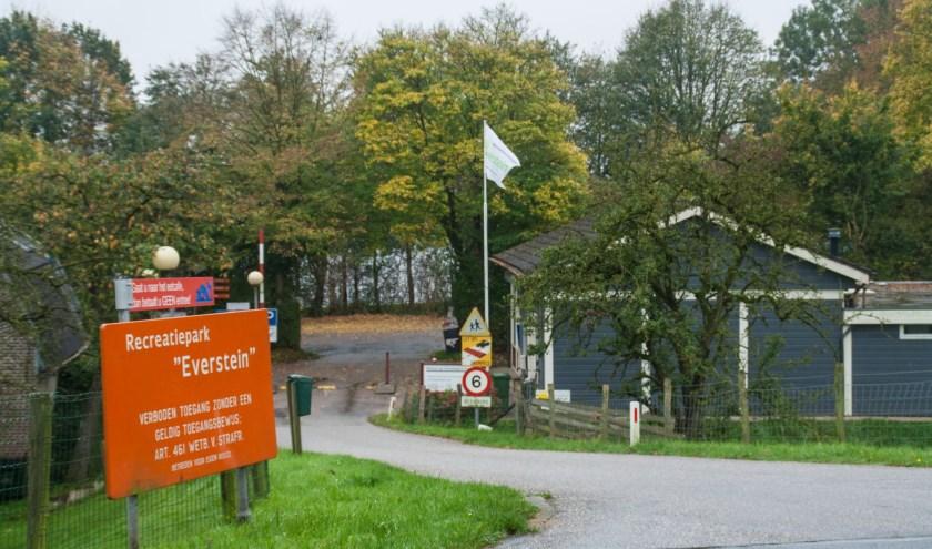 De gemeente Vianen start binnenkort met de aanpak van onrechtmatige bewoning in de chalets op recreatiecentrum Everstein. Foto: Jacques Stam