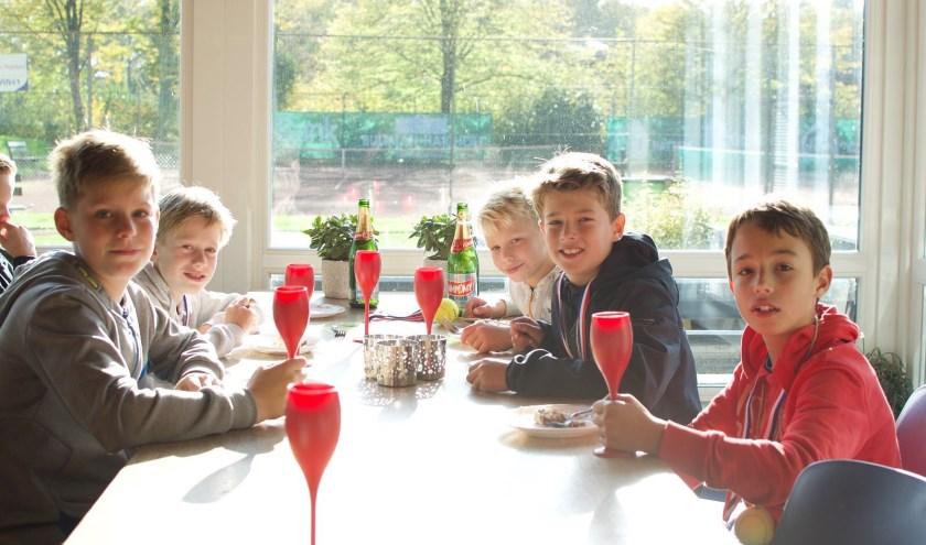 Het kampioenschap werd gevierd met (kinder)champagne.