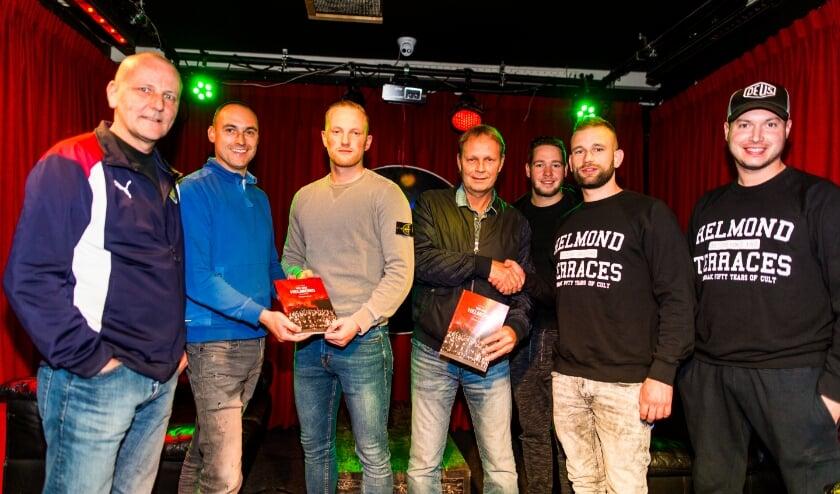 Maarten Driessen en Joey van der Aa (rechts op de foto), tijdens de uitreiking van We Are Helmond-magazine. (Foto: Bram van Oosterhout).