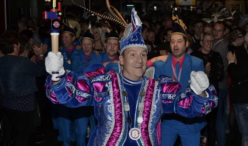 Stadsprins Richard Bouwman van Boemelburcht in actie. Hij gaf in de residentie van De Nachtuulen zijn visitekaartje af: feesten en polonaise lopen tussen het publiek. (foto: Ab Hendriks)