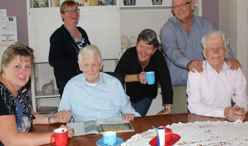 Meneer Verwegen en meneer Schinkel kunnen niet zonder de zorg van professionals Elja Versteeg en Tineke Zwambag en familie zoals Anita, Jaco en andere vrijwilligers. (Foto: Lysette Verwegen)