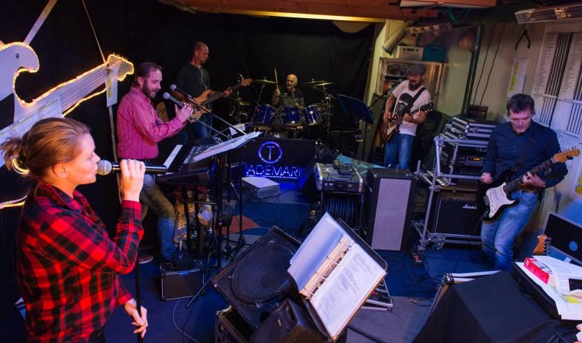 De band Trademark geeft 17 december een concert in De Middenstip in Epe. Ze willen die middag geld inzamelen voor 3FM Serious Request. Hier te zien: een foto die gemaakt is in hun oefenruimte in Vaassen. (foto: Dennis Dekker)