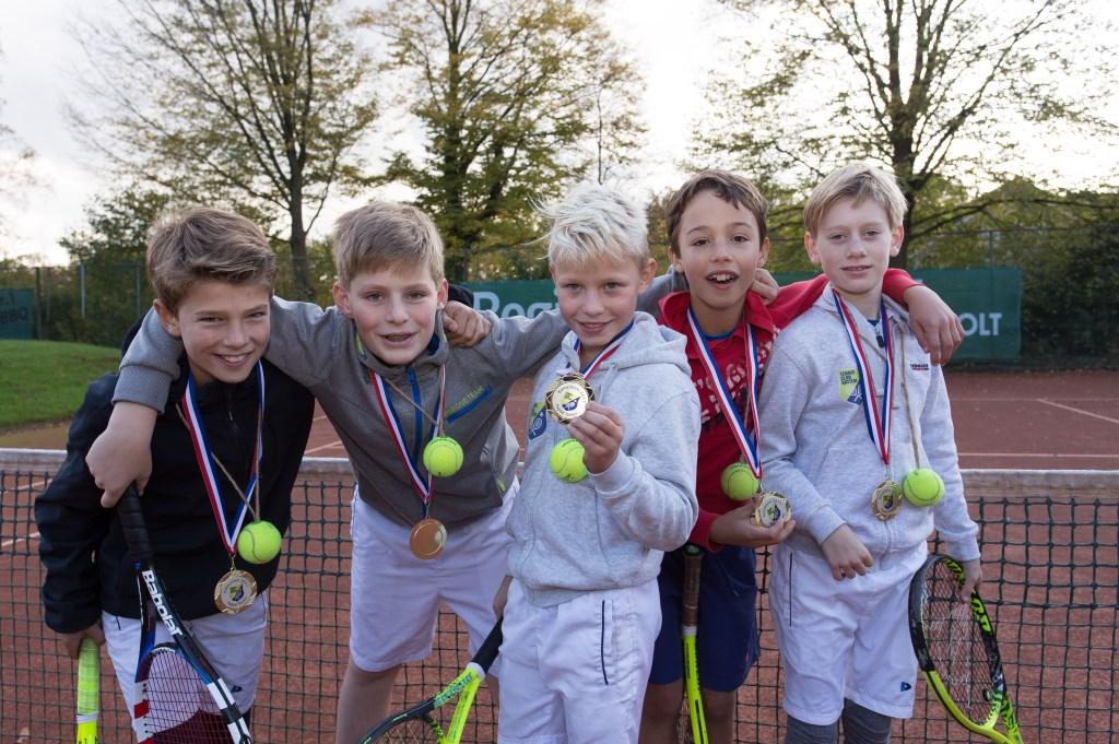 Dit jeugdteam van de Tennisclub Hattem werd zonder setverlies kampioen van de groene competitie.  © DPG Media