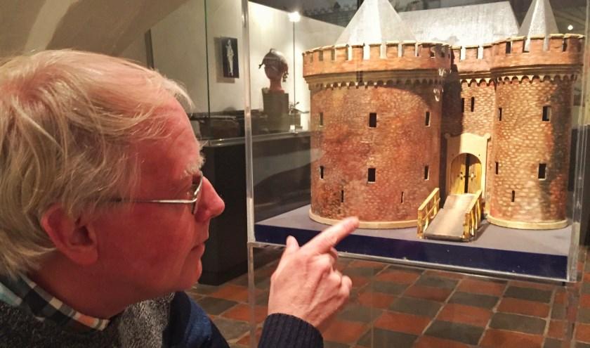 Vrijwilliger Ron Maat in de kelder van het museum bij een model van de Dikke Tinne. (foto: Voerman Museum Hattem)