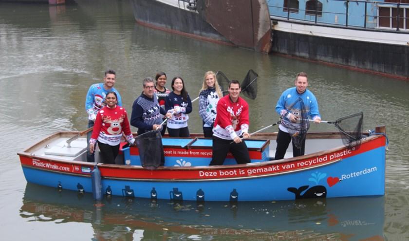 Teams, afdelingen, bedrijven en scholen kunnen plastic Wintervissen in de Rotterdamse wateren. Uiteraard gehuld in een kersttrui.