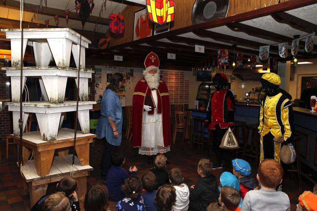 De Sint spreekt de kinderen toe Foto: Eric Legters © DPG Media