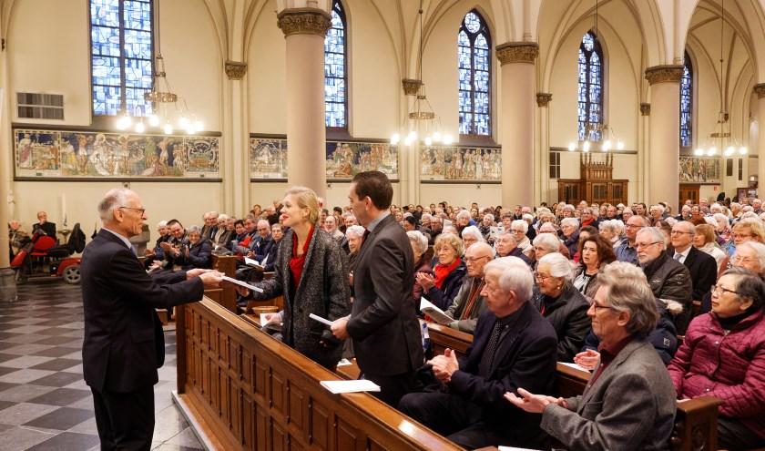 Burgemeester Bezuijen en wethouder Borsboom ontvangen als aandenken aan de samenwerking van de kerken Foto KeimpeDijkstra
