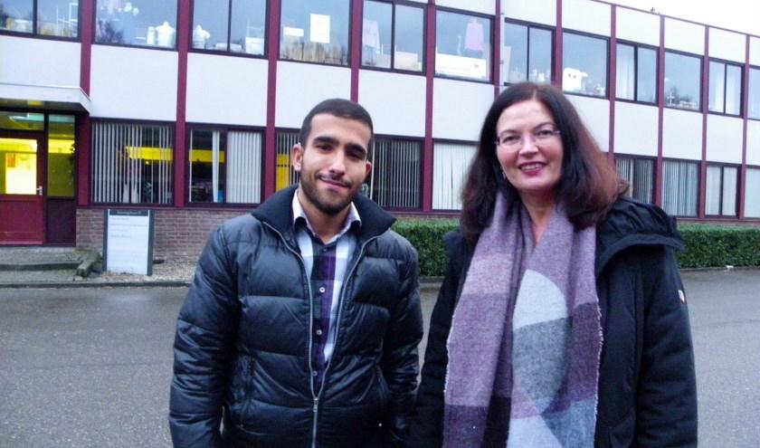 Suzanne Hetyey en Wael Akawi bij de voedselbank van Care for Family in Waddinxveen. Foto: Morvenna Goudkade.